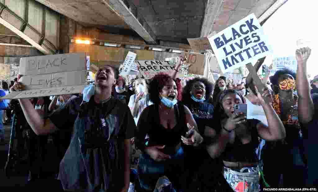 Хода прихильників руху «Black Lives Matter» на знак протесту проти жорстокості поліції у США та в пам'ять про Джорджа Флойда. Лондон, Велика Британія. 31 травня 2020 року (Фото EPA-EFE/FACUNDO ARRIZABALAGA)
