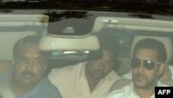 سلمان خان (سمت راست) هنگام رفتن به محل دادگاه