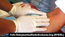 Жителі Дніпропетровська масово здають кров для важкопоранених бійців, 12 серпня 2015 року
