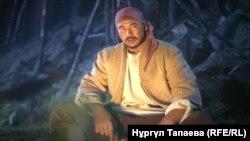 На кадре из фильма «Балуан Шолак» — герой этой кинокартины в исполнении актера Еркебулана Даирова.