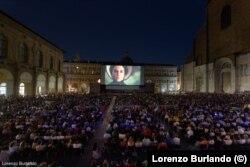 Кино под открытым небом на главной площади Болоньи