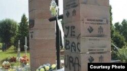 Cплюндровані українські пам'ятники в селі в Польщі