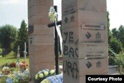 Один зі сплюндрованих українських пам'ятників