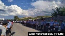 Сотрудники милиции в Селе Орок. 5 июня 2019 года.