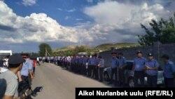 Төменгі Орок ауылында тұрған милиция қызметкерлері. Қырғызстан, 5 маусым 2019 жыл.