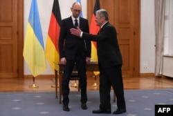 Прем'єр-міністр України Арсеній Яценюк та президент Німеччини Йоахім Ґаук. Берлін, 7 січня 2015 року