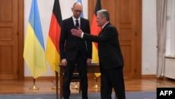 Президент Германии Иоахим Гаук привествует Арсения Яценюка