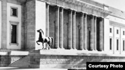«Коні» роботи Йозефа Торака були встановлені біля нині неіснуючої будівлі рейхсканцелярії в Берліні