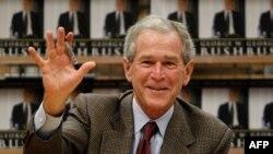 Джордж Буш-младший, о котором мир, казалось бы, начал забывать, вновь напомнил о себе книгой мемуаров
