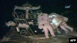 Астронавты Пегги Уитсон и Роберт Кимбро во время выхода в открытый космос 30 марта 2017 (съёмка NASA)