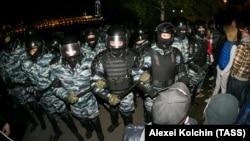 Mayın 14-də Yekaterinburqda polis və etirazçılar arasında qarşıdurmadan bir səhnə