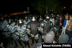 Полиция против митингующих в сквере в Екатеринбурге