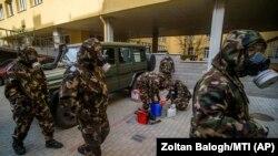 Militari pregătindu-se să dezinfecteze o grădiniță în Budapesta, 17 martie 2021