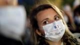 در مراسم یادبود ساموئل پاتی در نیس فرانسه، شرکتکنندگان روی ماسکهایشان نوشته بودند: من یک معلم هستم