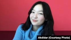 Акдидар Абдимаулен, студентка третьего курса Университета Сулеймана Демиреля. Также не может полноценно учиться из-за плохого Интернета в селе.