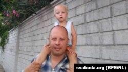 Андрэй Прылуцкі з малодшым сынам. Архіўнае фота
