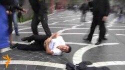 Polisin kütləvi aksiyalarda insanlarla davranışı