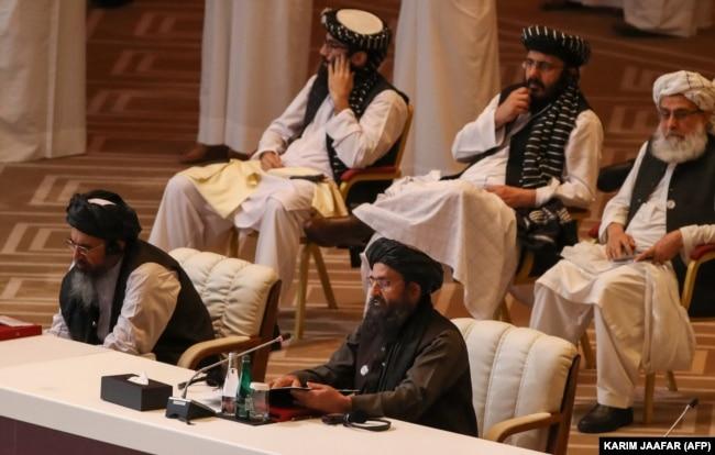 A tálibok társalapítója, Abdul Ghani Baradar molla (jobbra, alul) beszél az afgán kormány és a tálibok közötti béketárgyalások megnyitóján a katari fővárosban, Dohában 2020. szeptember 12-én.