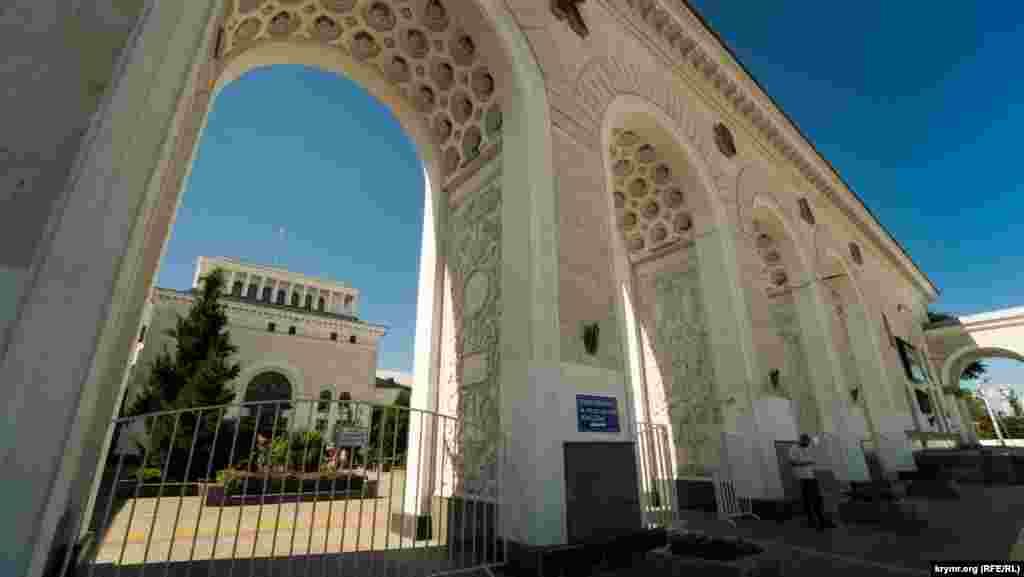 Заново вокзал звели в 1951 році за проєктом архітектора Олексія Душкіна. Тоді ж привокзальна площа була значно розширена