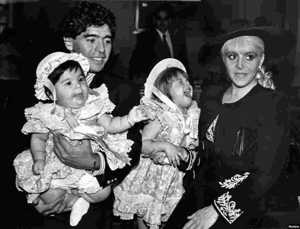 Diego Maradona felesége, Claudia és két lánya, Giannina és Dalma társaságában látható. A kép 1989-ben, Maradona és felesége esküvője napján készült.
