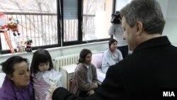 Претседателот Иванов дели пакетчиња во детската клиника во Скопје