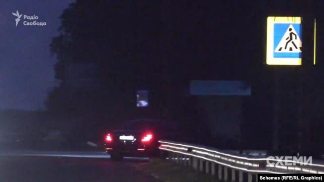 Далі Mercedes звертає з траси, проїжджає центральні ворота, які ведуть до маєтку Ахметова, і сповільнюється