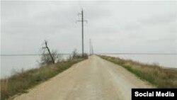 Кугаранская дамба у мыса Джангара - по ней проходит граница между Крымом и Украиной