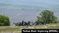 Противотанковые ежи на склоне холма
