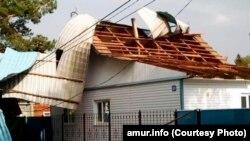 Сорванная ураганом крыша дома в Приамурье