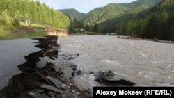 Республика Алтай. Разрушенная паводком дорога за селом Чемал.