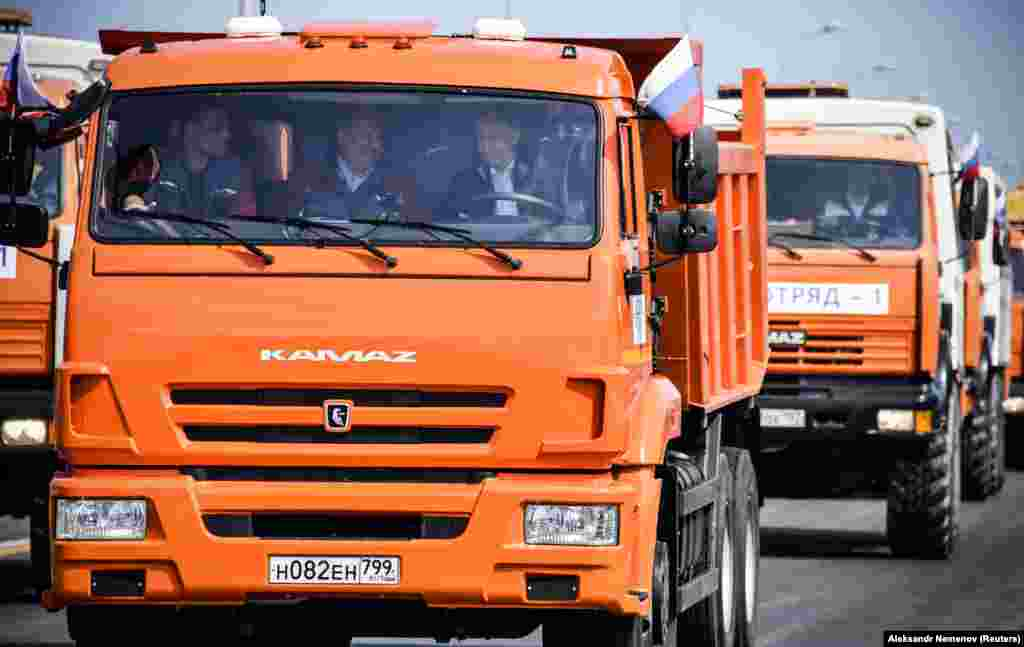 У церемонії відкриття руху мостом через Керченську протоку взяв участь президент Росії Володимир Путін. Він привітав будівельників споруди, які зустріли його на транспортному переході, після чого сів в один із «КамАЗів», що вишикувалися на мосту
