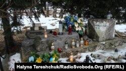 Сплюндрована і знищено пам'ятник на могилі мирним українцям і воїнам УПА на сільському цвинтарі у Верхраті Підкарпатського воєводства у жовтні 2016 році