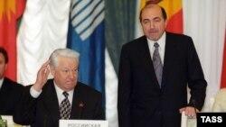 Ресейдің сол кездегі президенті Борис Ельцин (сол жақта) және ТМД-ның атқарушы хатшысы Борис Березовский. Мәскеу, 29 сәуір 1998 жыл.