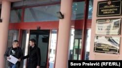 Nevladina organizacija Krug života organizovala je skup podrske roditeljima inficiranih beba, koji štrajkuju ispred bolnice u Bijelom Polju