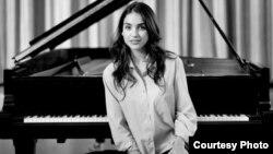 Олга Шепс, пијано.