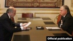 Франция - Встреча глав МИД Франции и Армении - Лорана Фабиуса (слева) и Эдварда Налбандяна, Париж, 13 мая 2013 г. (Фотография - МИД Армении)