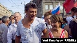 Евгения Чирикова (справа) и Борис Немцов на Триумфальной площади в Москве, 31 июля 20010