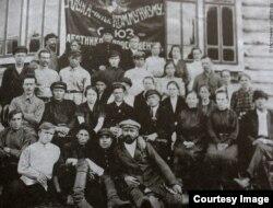 Иван Юров в первом ряду, крайний справа
