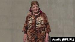 Зекие Керимова хәзер яшәгән йорты алдында
