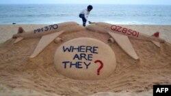 Надпись Где они?, сделанная на песке по случаю крушения двух самолетов – MH370 малазийской компании Malayasia Airlines и QZ8501 авиакомпании Air Asia QZ8501.