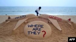 Үнді мұхиты аспанында жоғалған MH370 жолаушылар рейсі ұшағына арнап құмнан соғылған ескеткіш. (Көрнекі сурет)