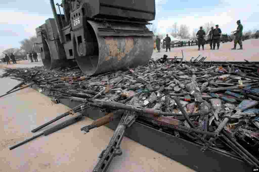 دستههای بزرگ قاچاق مواد مخدر در مکزیک به «کارتل» معروف هستند. هرچند کارتل برای شرکتهایی که با هم همکاری میکنند هم استفاده میشود، در خود مکزیک این دستهها، گاه نه تنها همکاری با هم ندارند که درگیر نبردهایی خونبار هستند. (در تصویر: سلاحهای کشفشده از یکی از این کارتلها در سال ۲۰۱۲)