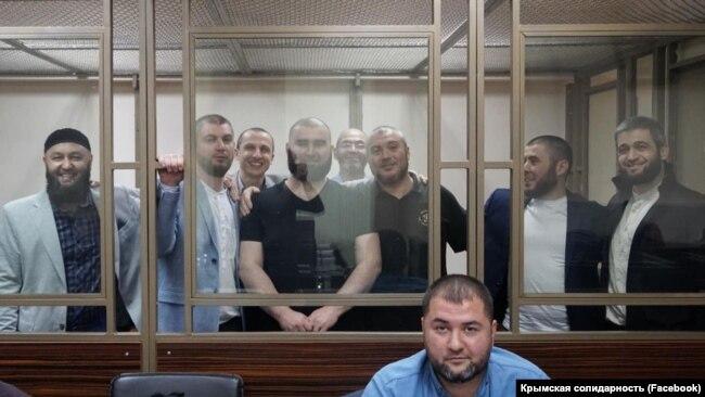 """Фигуранты так называемого бахчисарайского дела """"Хизб ут-Тахрир"""" и крымский адвокат Эдем Семедляев в зале Южного окружного военного суда. 19 ноября 2019 года"""