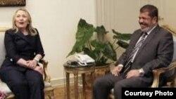 Хиллари Клинтон Египет президенті Мохаммед Мурсимен кездесіп отыр. Каир, 15 шілде 2012 жыл.