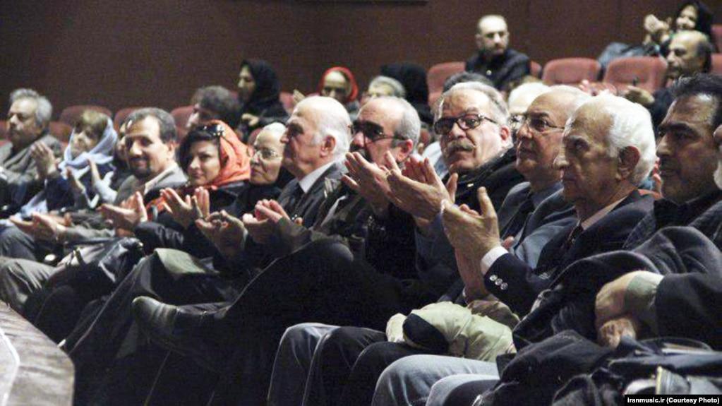یکی از نشستهای ماهانه خانه موسیقی در دیماه ۹۵؛ خانه موسیقی اعلام کرده که اعضایش روز چهارشنبه ۱۱ مرداد در اعتراض به لغو کنسرتها گرد هم میآیند.