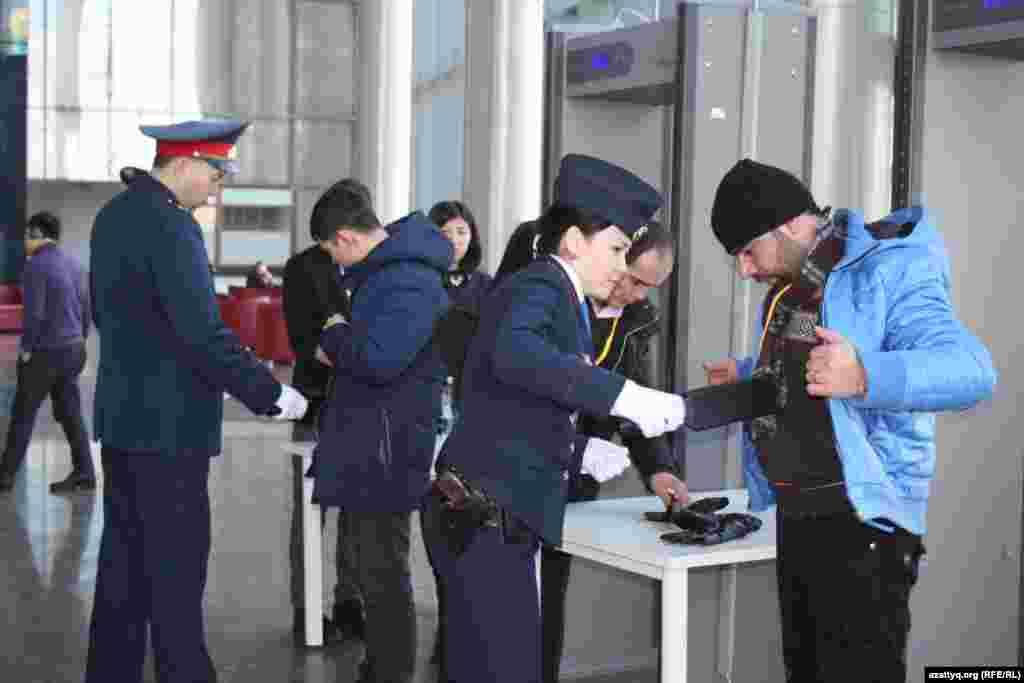 Журналистов, пришедших освещать переговоры, проверяют металлоискателем.