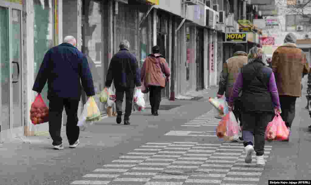 Луѓе се враќаат од пазарување