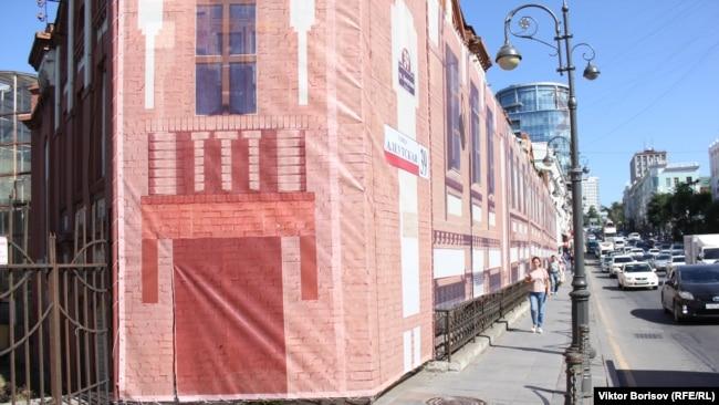 К приезду Путина дома, которые требуют реставрации, накрыли фальшфасадами