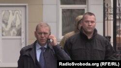 Народний депутат Сергій Пашинський (в центрі) пропонує запровадити кримінальну відповідальність за поширення журналістами «завідомо неправдивих даних»