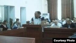 Выступает свидетель по делу Серика Ахметова Руслан Сыздыков (в центре). Караганда, 17 августа 2015 года.